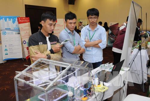 Các thanh niên, sinh viên, doanh nhân trẻ tham quan, trao đổi về các mô hình kinh doanh khởi nghiệp. Ảnh: An Hiếu - TTXVN