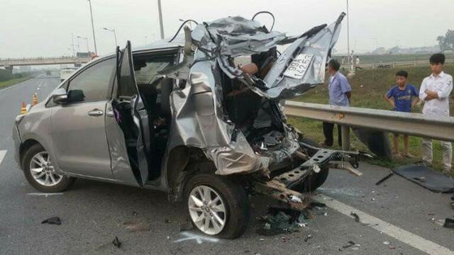Toàn bộ phần sau của chiếc xe Toyota Innova bị hư hỏng nặng. Vụ tai nạn làm 4 người tử vong - Ảnh: Tư liệu