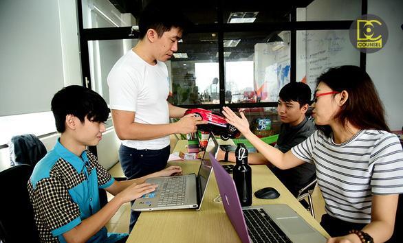 Nhiều doanh nghiệp khởi nghiệp cho rằng các thủ tục gây phiền hà, cản trở sự phát triển. Trong ảnh: TS Lê Mai Tùng (đứng) cùng các cộng sự trong công ty khởi nghiệp của mình - Ảnh: HỮU THUẬN