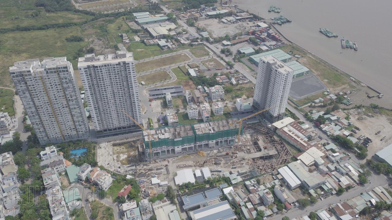 Phần đất trống hiếm hoi còn lại, nằm lọt thỏm ở giữa khu dân cư và các block chung cư của khu Lacasa là nơi xâySmartel The Signial.
