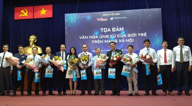 Các đại biểu nhận hoa tại tọa đàm